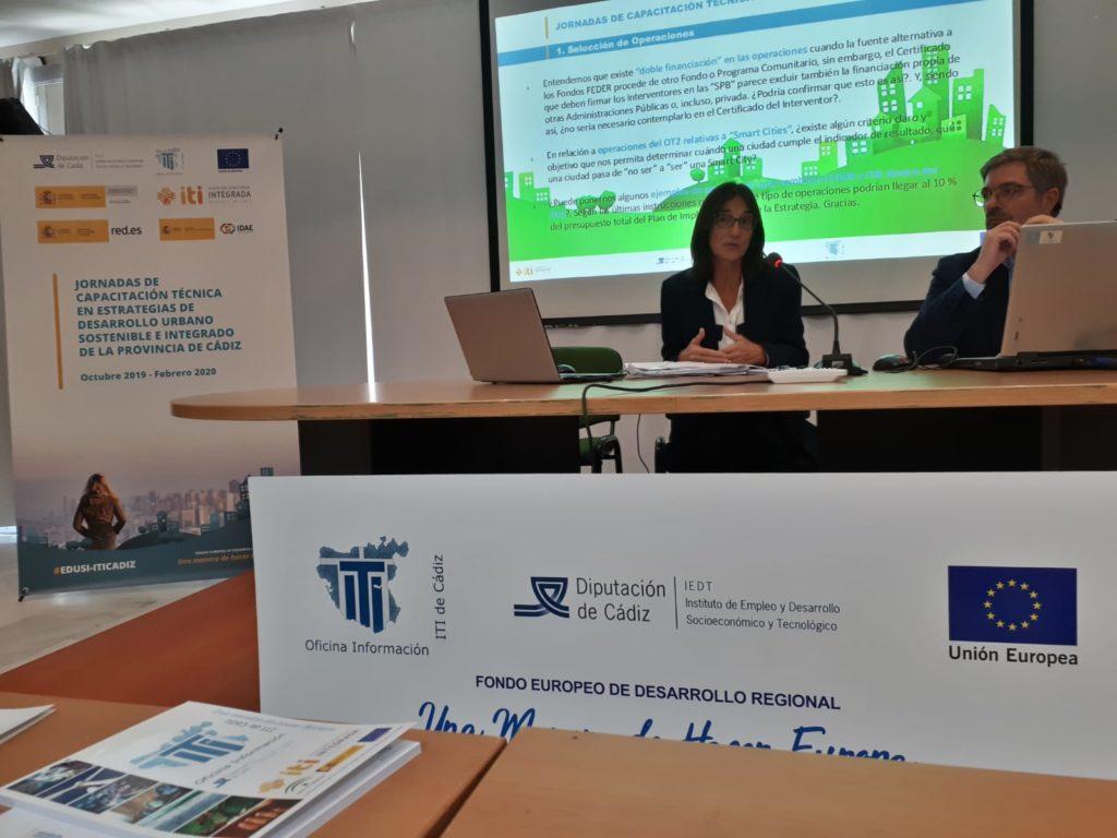 Eugenia Bellver, de la Subdirección General de Desarrollo Urbano de la Dirección General de Fondos Europeos del Ministerio de Hacienda, resuelve dudas a los equipos de gestión de las EDUSIs de Cádiz