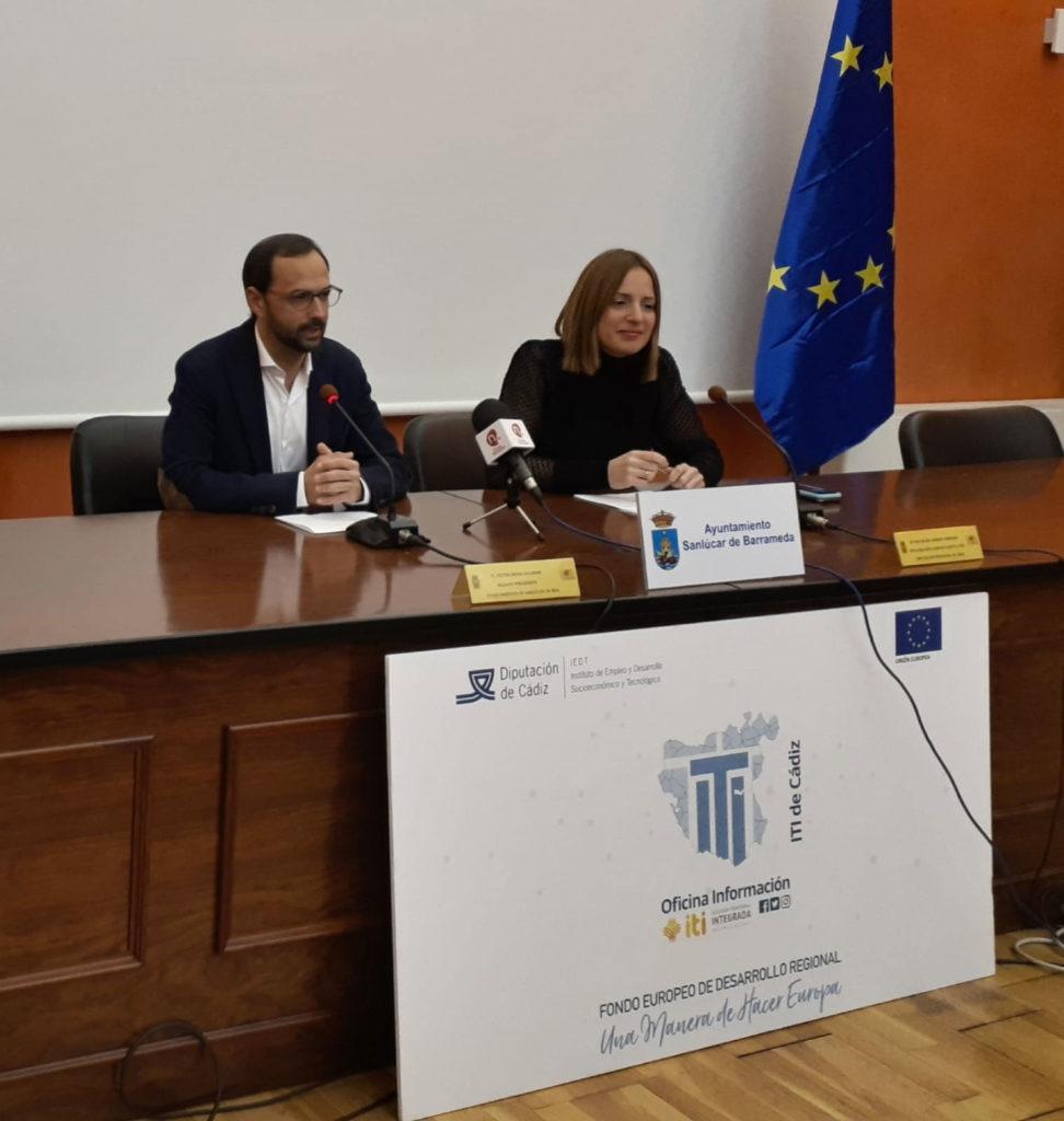 La Diputada de Empleo y Vicepresidenta del IEDT de la Diputación de Cádiz, Ana Carrera, y el Alcalde de Sanlúcar de Barrameda, Víctor Mora, han inaugurado la jornada EDUSI-ITICÁDIZ