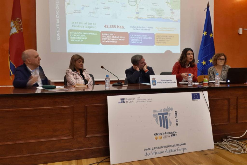 Teresa Alonso, primera teniente alcalde del Ayuntamiento de Lucena, junto con la coordinadora de la Oficina de Proyectos, Elida Graciano